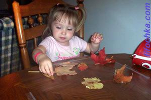Ребенок делает поделки из природного материала